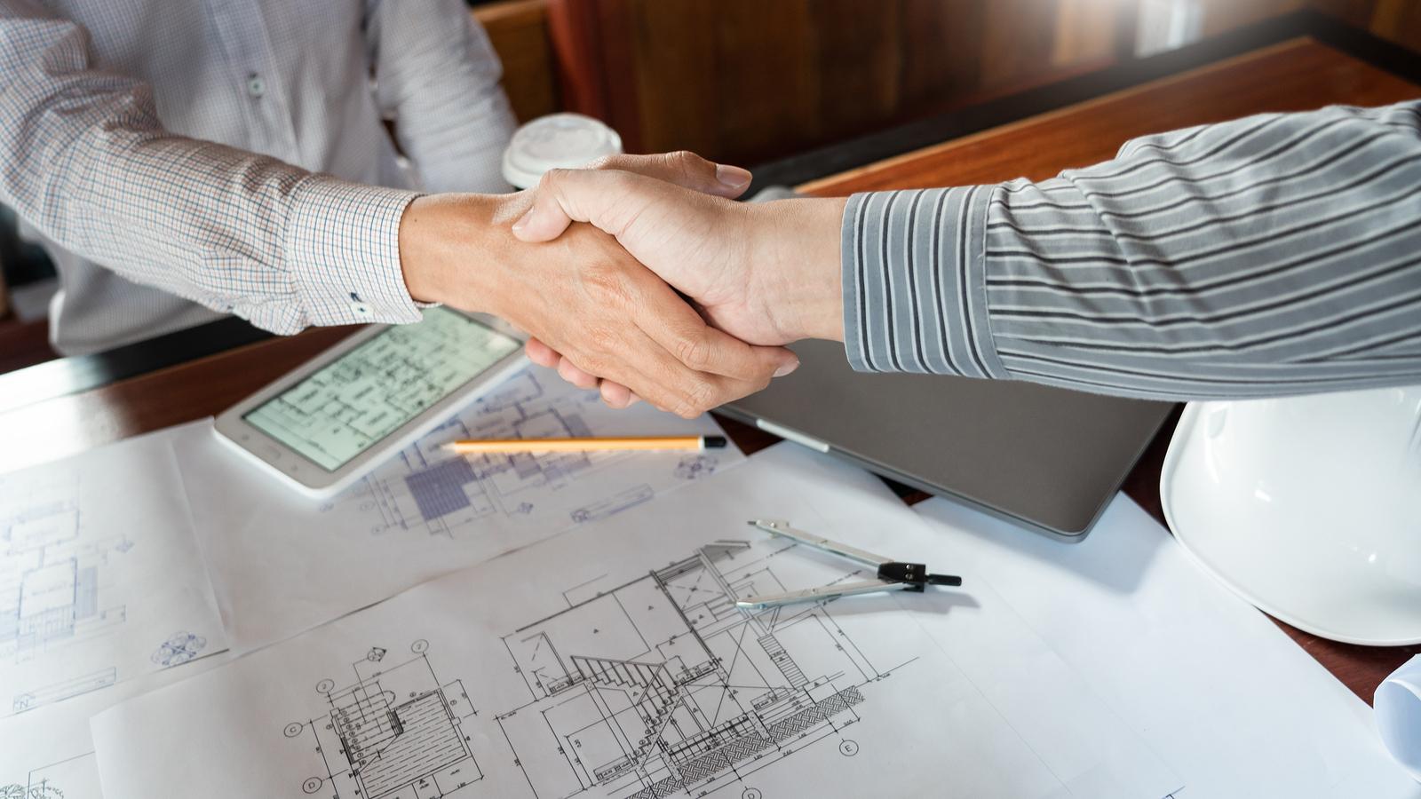 Cliente y contratista para la fabricación de estructuras metálicas dandose un apreton de manos.