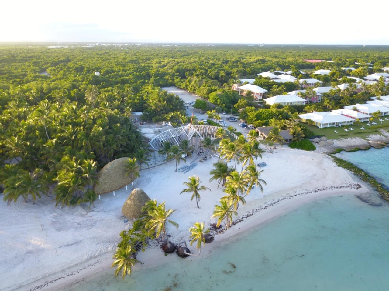 Playa Blanca Restaurant ubicado en Punta Cana cuenta con una estructura metálica en el techo cubierta de cana de palma.