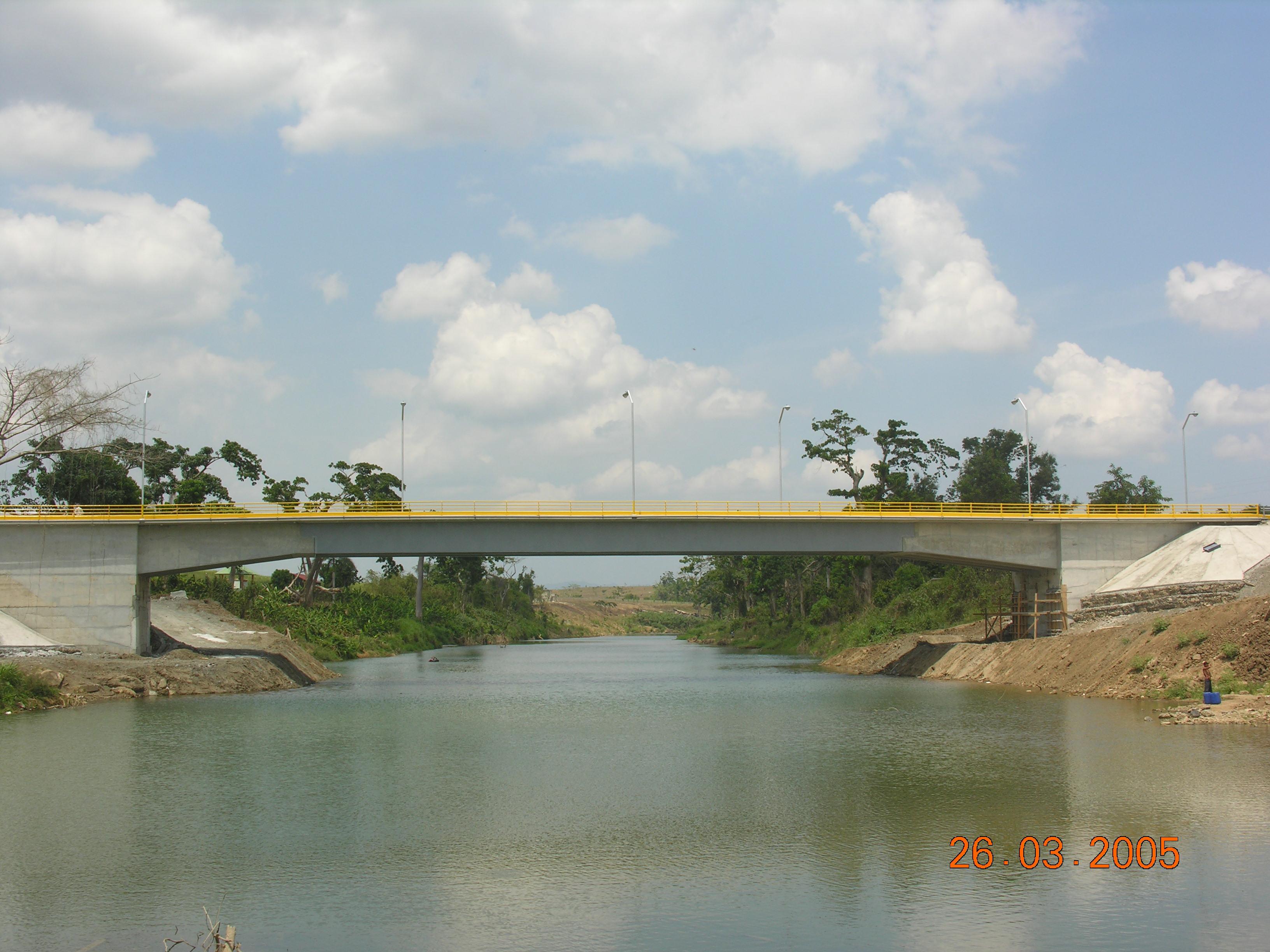 Puente sobre el Río Chavón conecta la carretera de Higuey con la provincia del Seibo en la Republica Dominicana