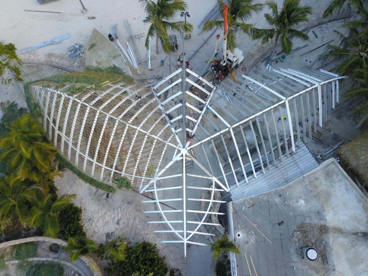 Playa Blanca Restaurant se compone por una estructura metalica en el techo y el montaje fue realizado en la playa.