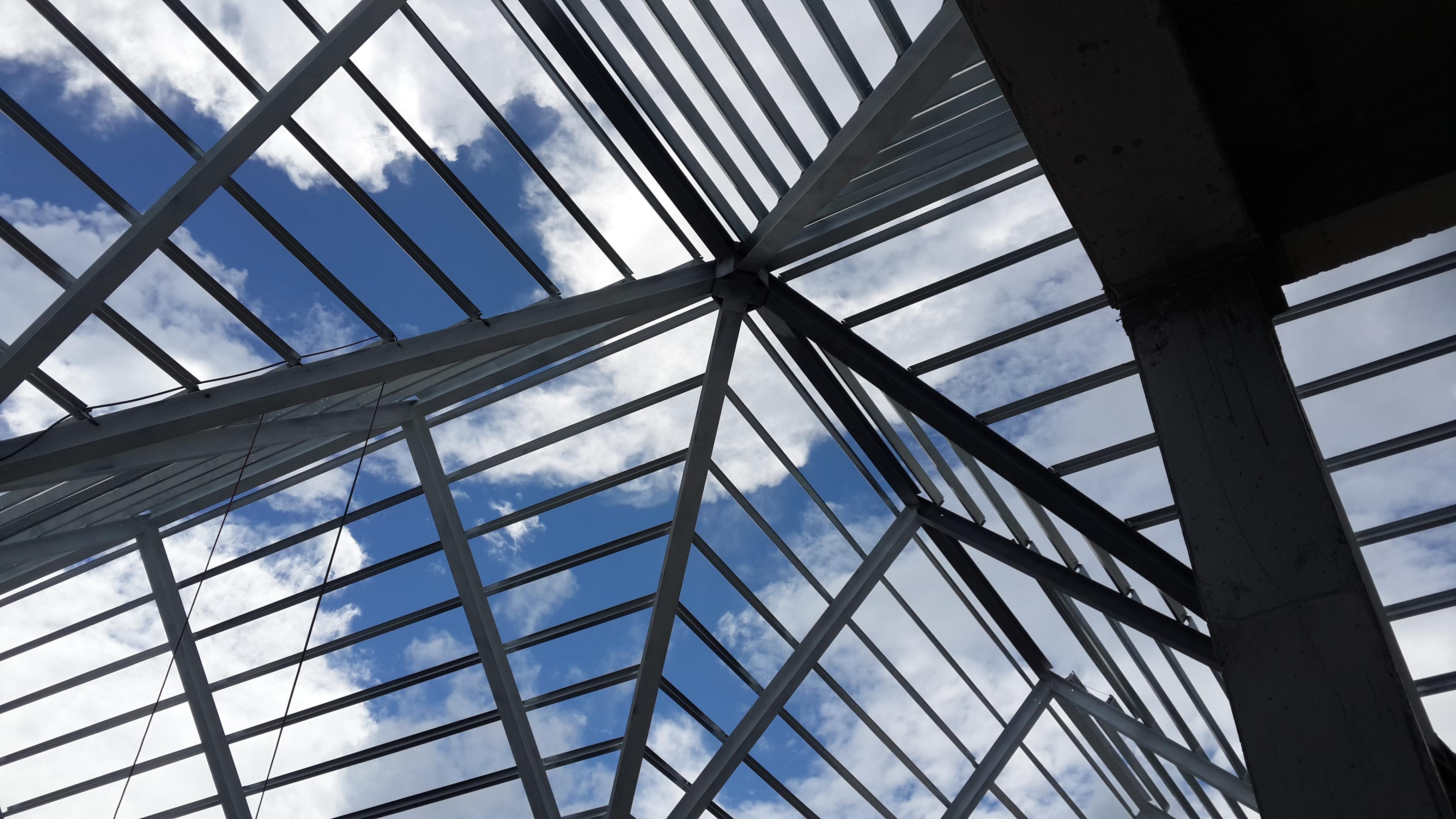 Instalacion de la estructura metalica del techo de Blue Mall Punta Cana con elementos estructurales vigas, tijerillas y correas Z