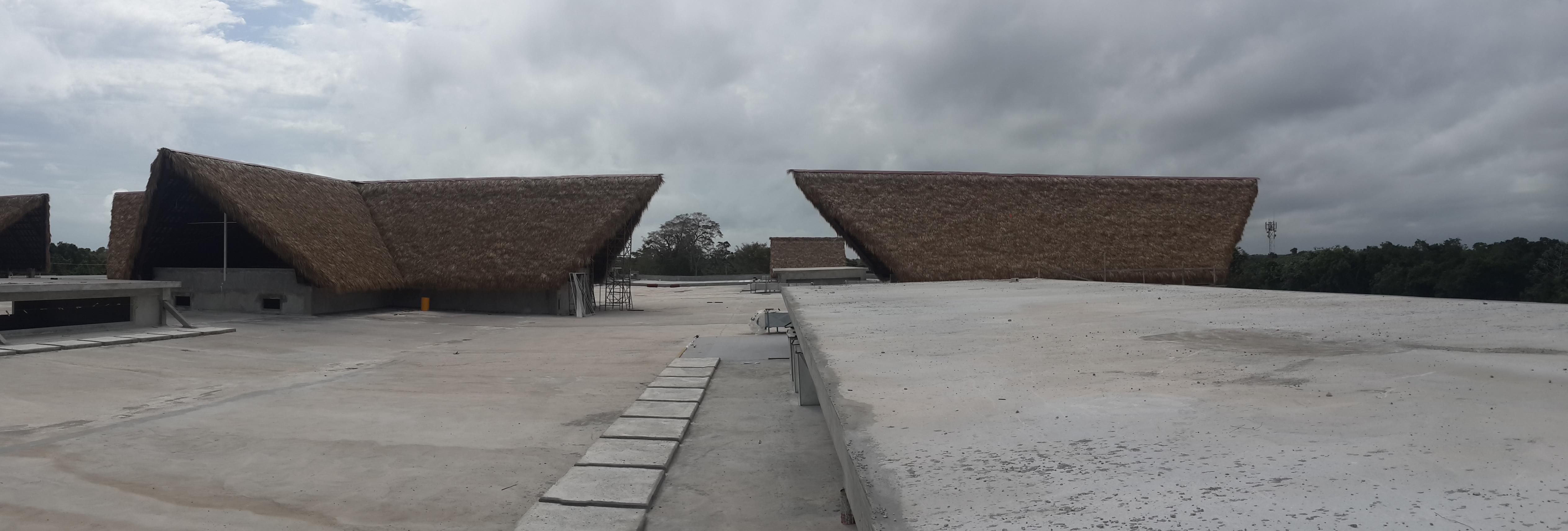 Estructuras metalicas cubiertas de cana para los techos de Blue Mall Punta Cana