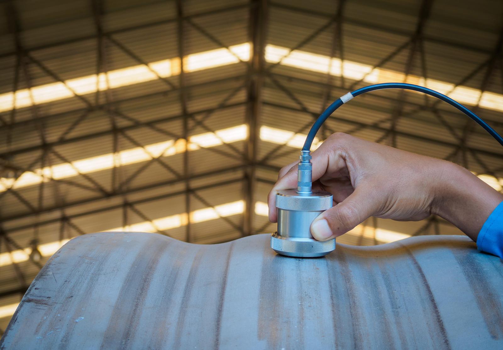 ensayos no destructivos inspector utilizando una maquina para verificar los defectos en acero